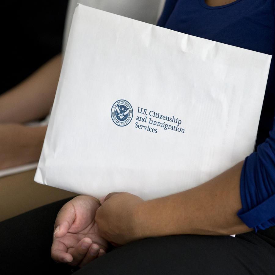 Imagen de archivo de una mujer con documentos de inmigración.