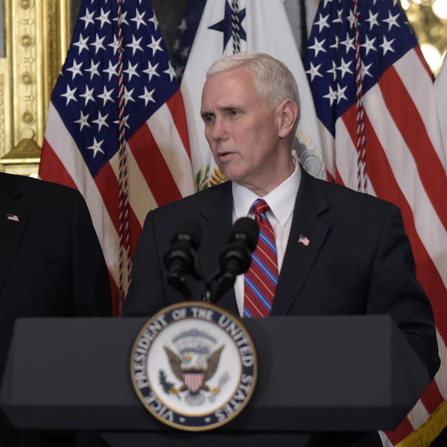 Imagen de achivo del vicepresidente, Mike Pence, en el podio, y el secretario del Departamento de Estado, Mike Pompeo.