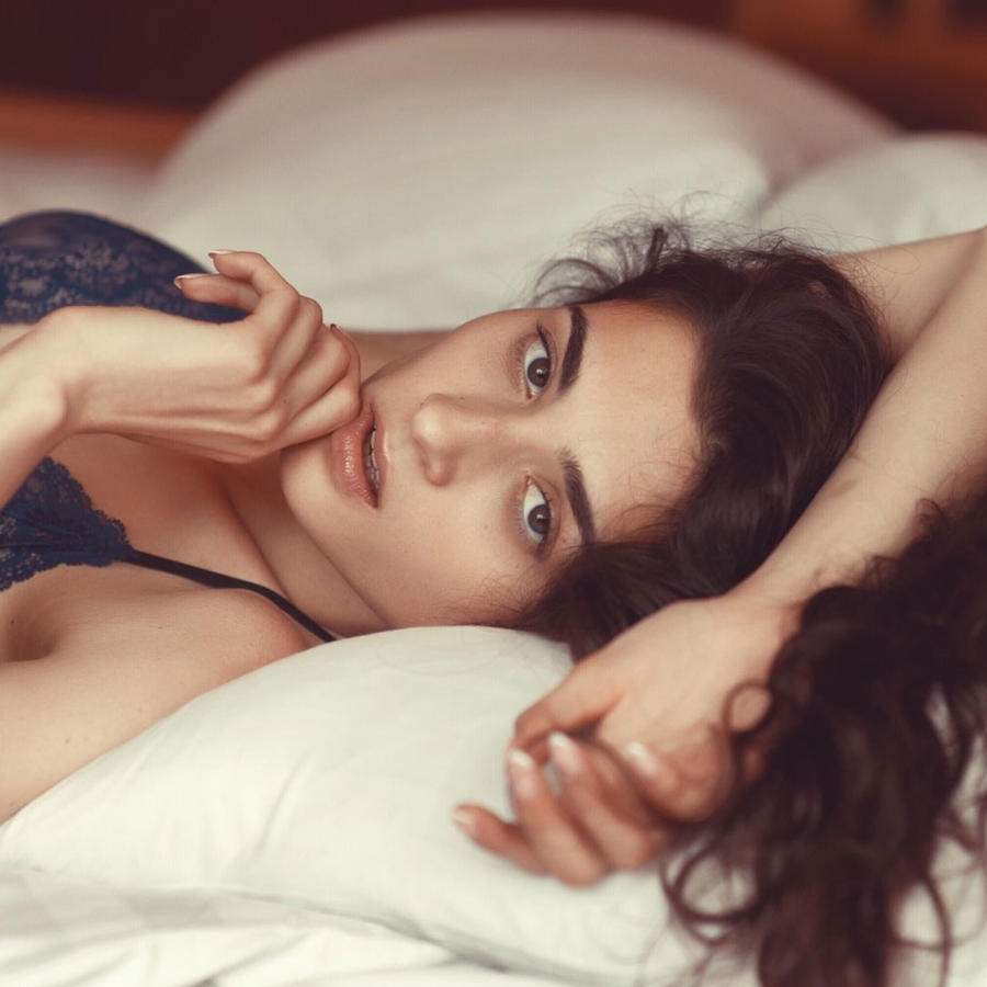 Mujer sexy en cama