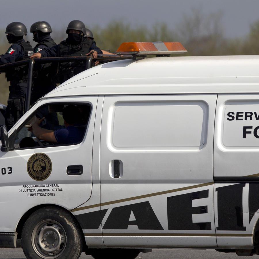 Camioneta del servicio forense en una carretera en el norte de México
