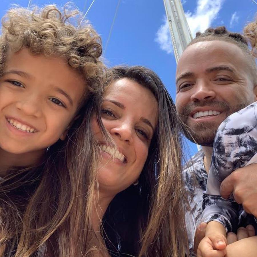 Nacho junto a su esposa Inger Mendoza y sus hijos