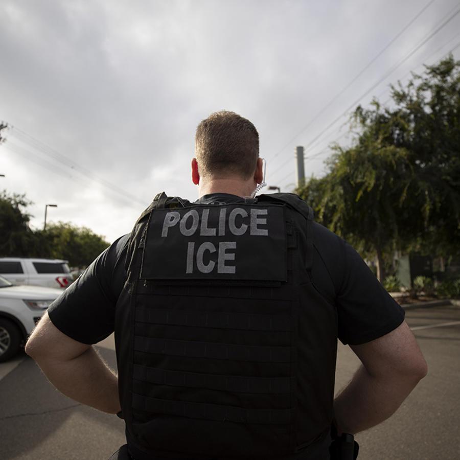Un agente de ICE durante una operación en Escondido, California.