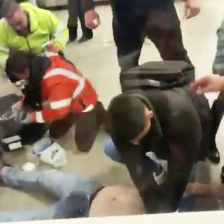 Estadounidense muere en aeropuerto