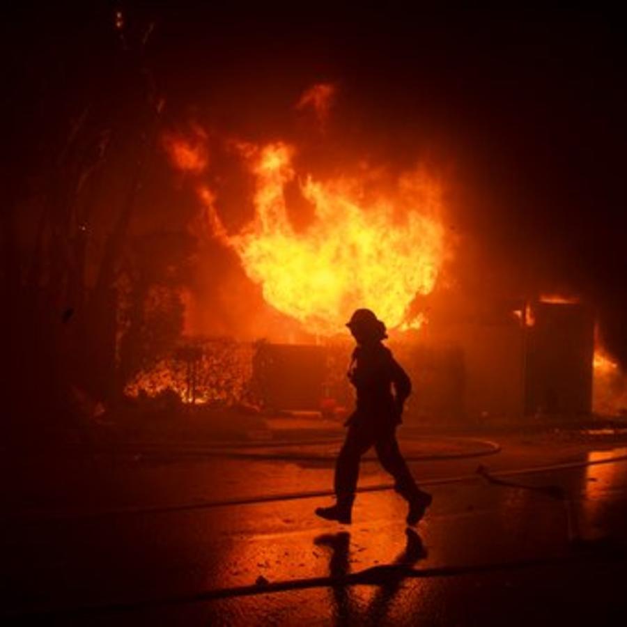 Un bombero lucha contra las llamas este lunes en Los Ángeles, California.