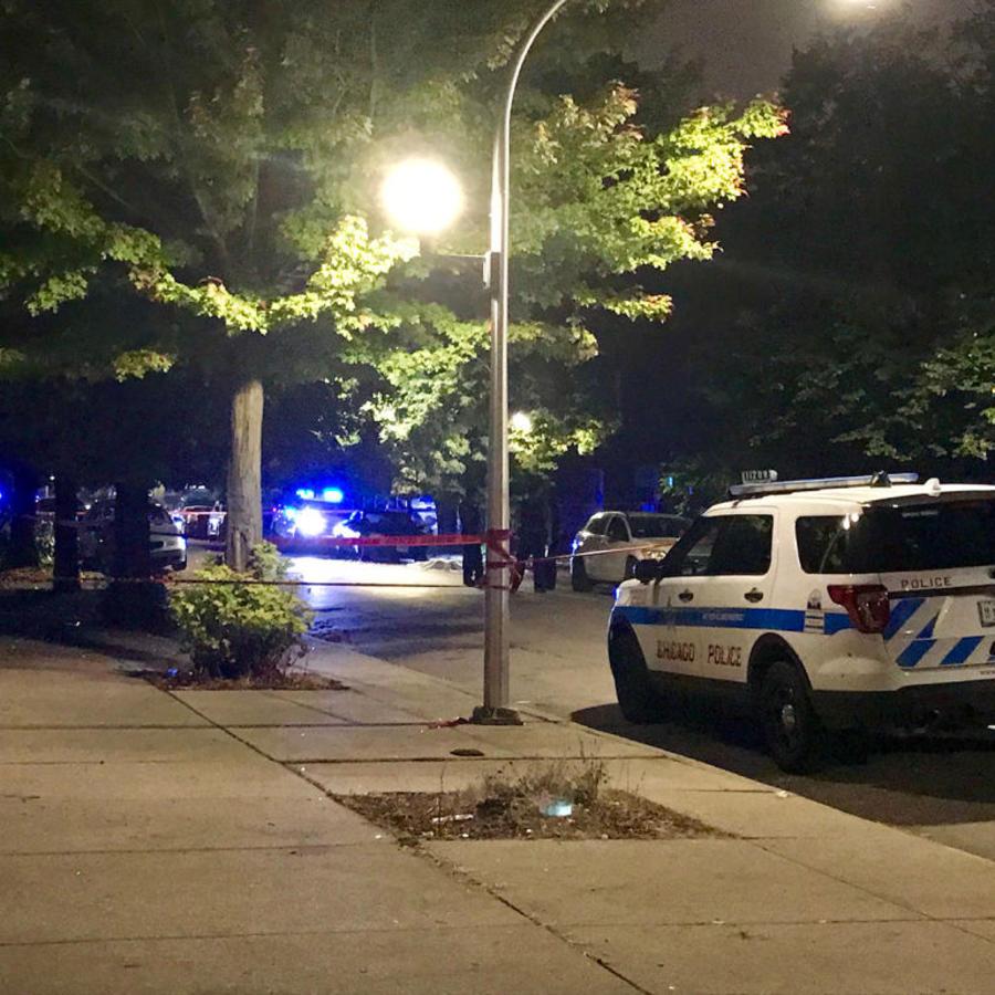 La policía de Chicago investiga la escena de un tiroteo.