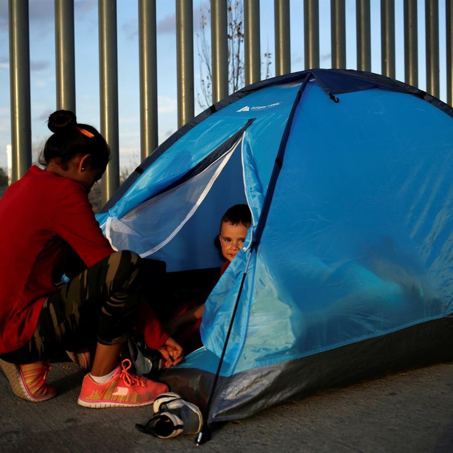 Un ciudadano mexicano que huye de la violencia acampa en una fila con un niño para tratar de cruzar a los Estados Unidos para solicitar asilo en el puente de cruce fronterizo Cordova-Americas en Ciudad Juárez, México, el 22 de septiembre de 2019.Jose Luis