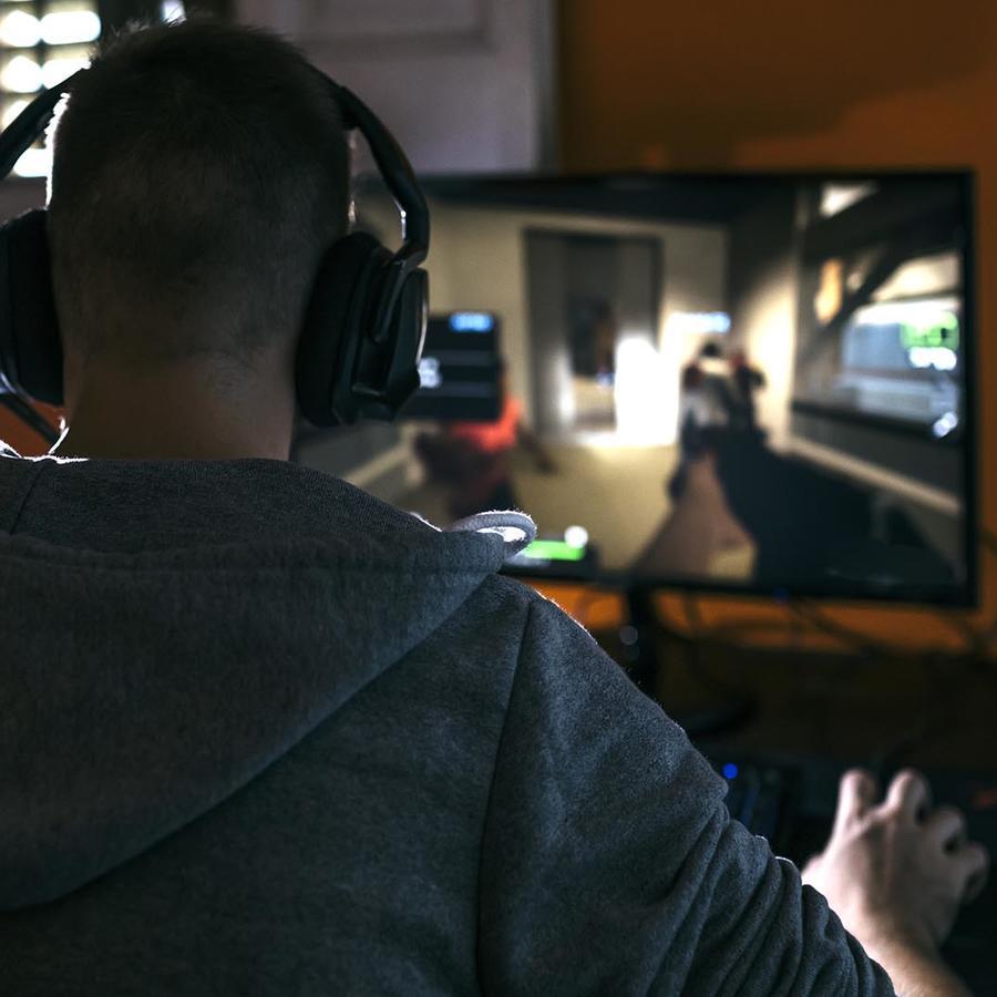 adolescente jugando videojuegos de PC
