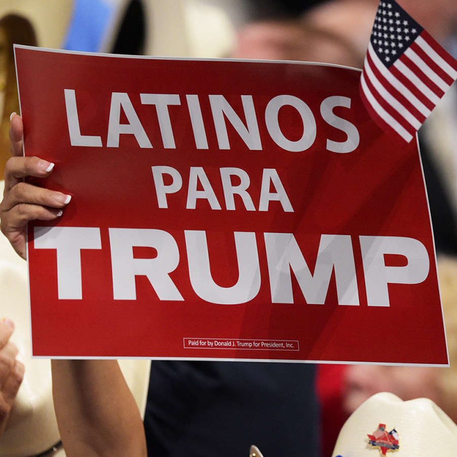 Un cartel de apoyo de Latinos para Trump