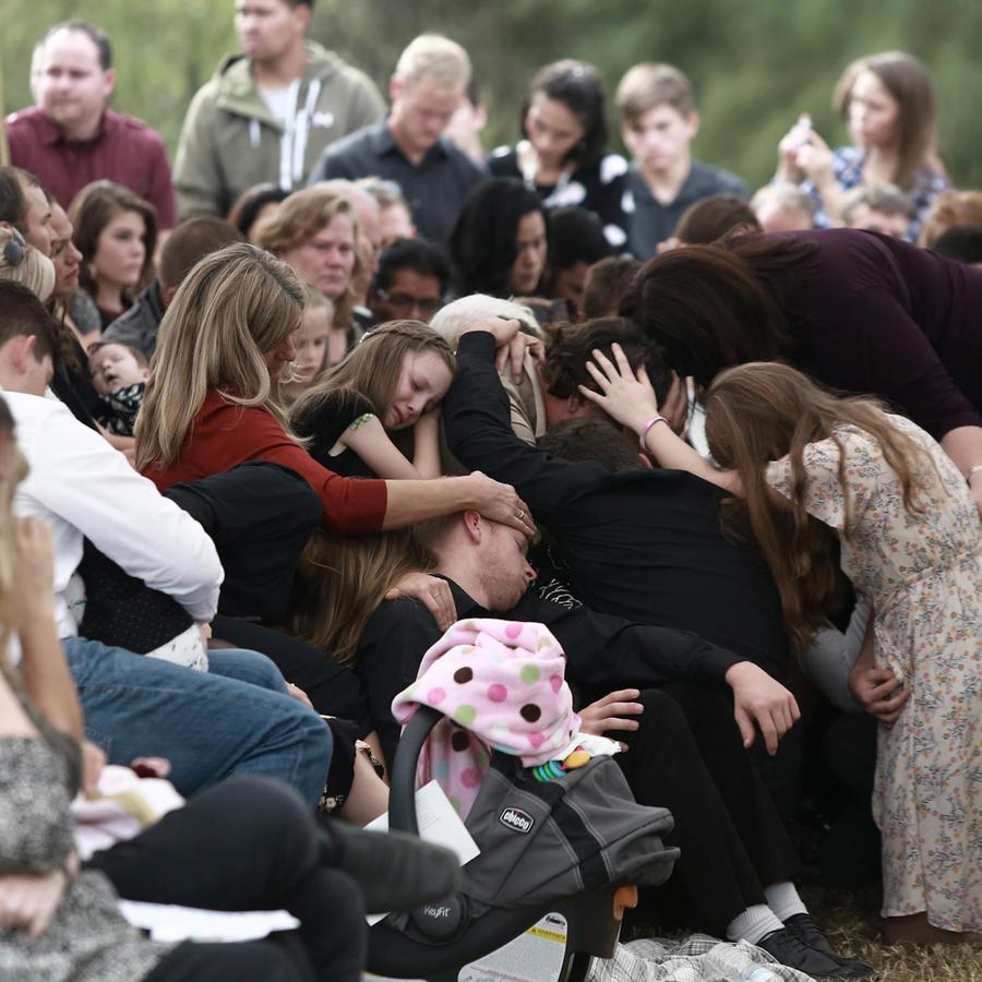 Familiares de las víctimas de la masacre en el norte de México, durante los funerales realizados este jueves.