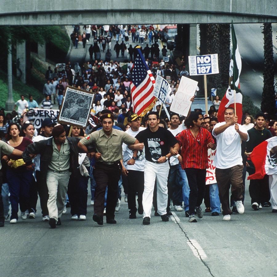 Estudiantes en Fullerton, California, protestan contra la Proposición 187