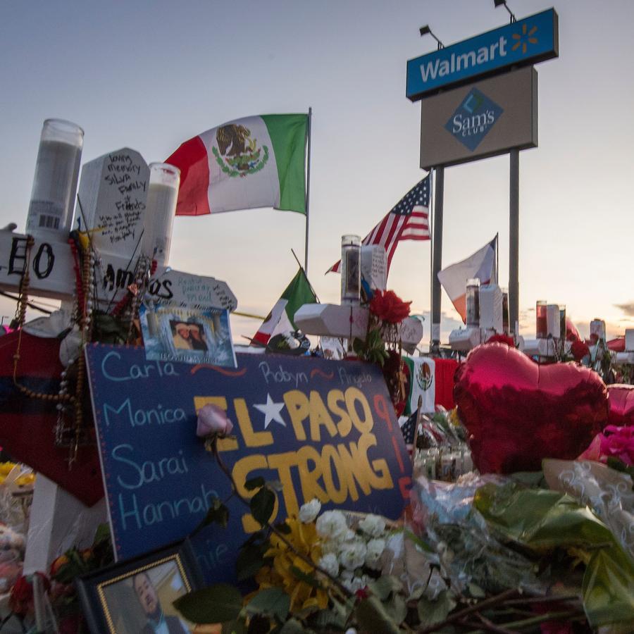 Objetos en honor a las víctimas de la masacre en un Walmart de El Paso, en Texas.