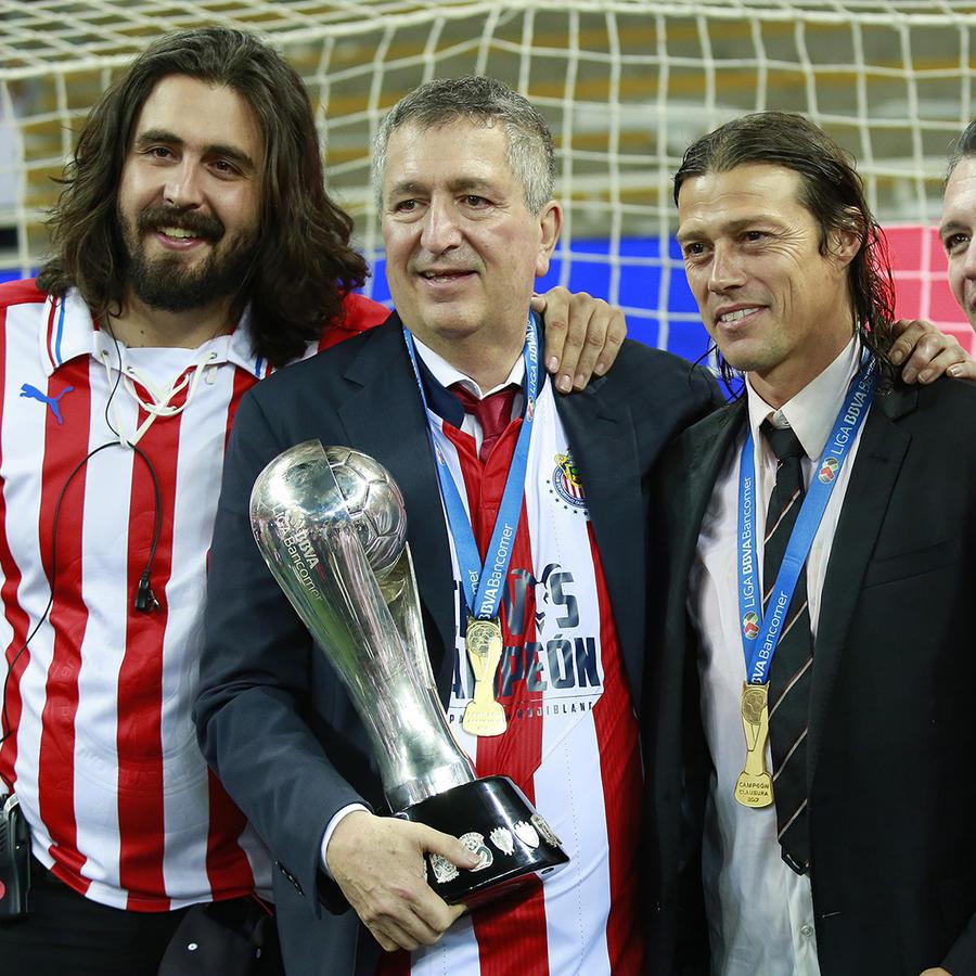 Jorge Vergara (sosteniendo el trofeo) junto a su hijo Amaury (a su izquierda) y Matias Almeyda y Jose Luis Higuera (a su derecha) cuando Chivas ganó el Torneo Clausura 2017 Liga MX.