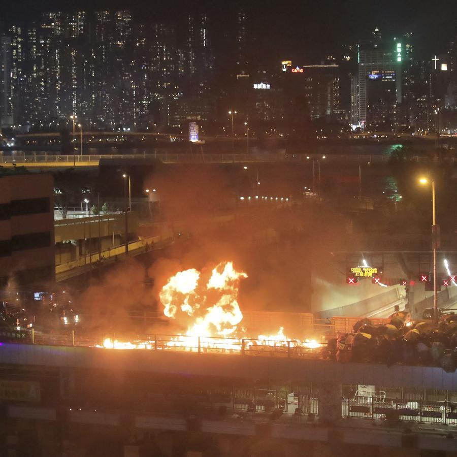 Manifestantes en Hong Kong lanzan bombas molotov