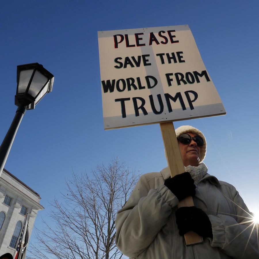 """Imagen de archivo de una protesta en Maine; en el cartel se lee: """"Por favor, salven al mundo de Trump""""."""