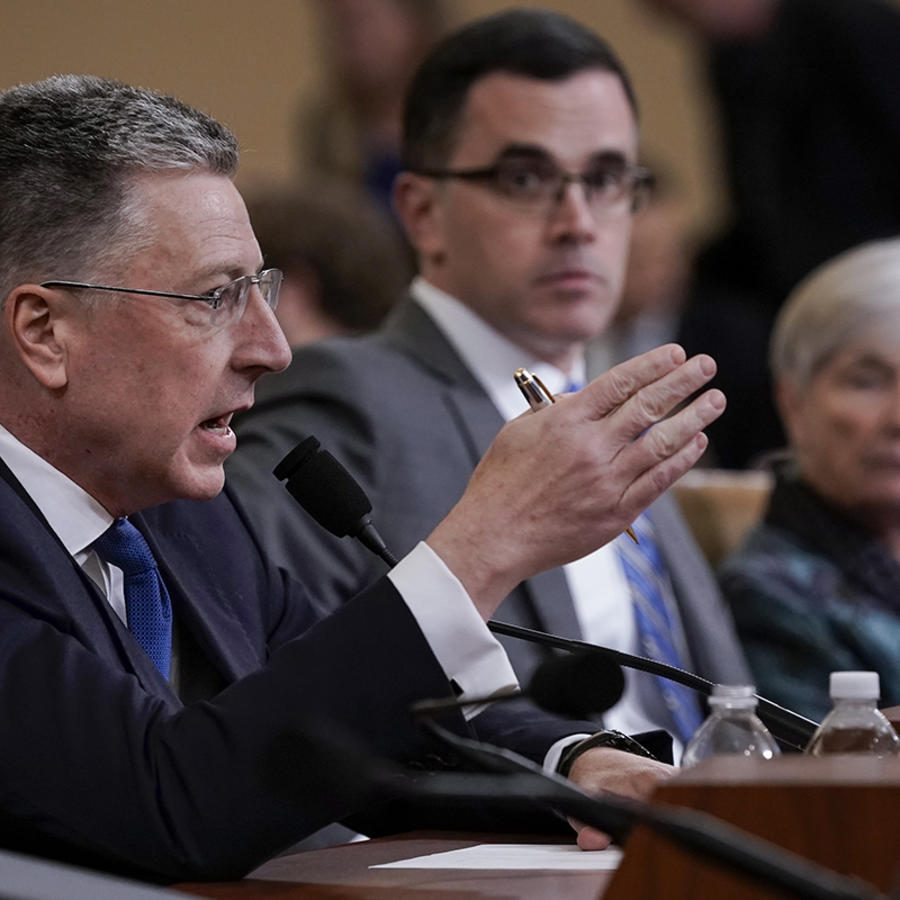 El embajador Kurt Volker, a la izquierda, y Tim Morrison, testifican ante el comité de Inteligencia de la Cámara de Representantes en Washington, el 19 de noviembre de 2019.