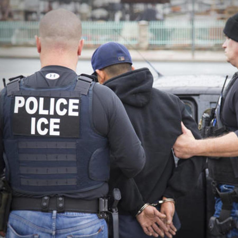 Una imagen de archivo que muestra un arresto de ICE.