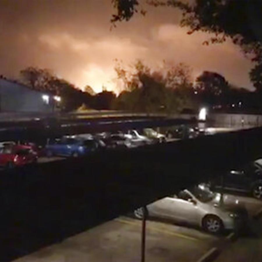 Imagen de humo y llamas tras una explosión que se produjo en la madrugada de este miércoles en una planta química del sureste de Texas.