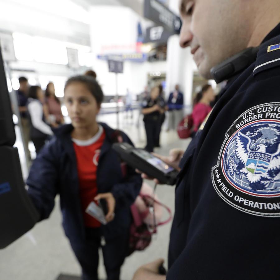 El oficial Julio Corro ayuda a una pasajera con el control de reconocimiento facial en el aeropuerto George Bush de Houston (Texas) el 12 de julio de 2017.