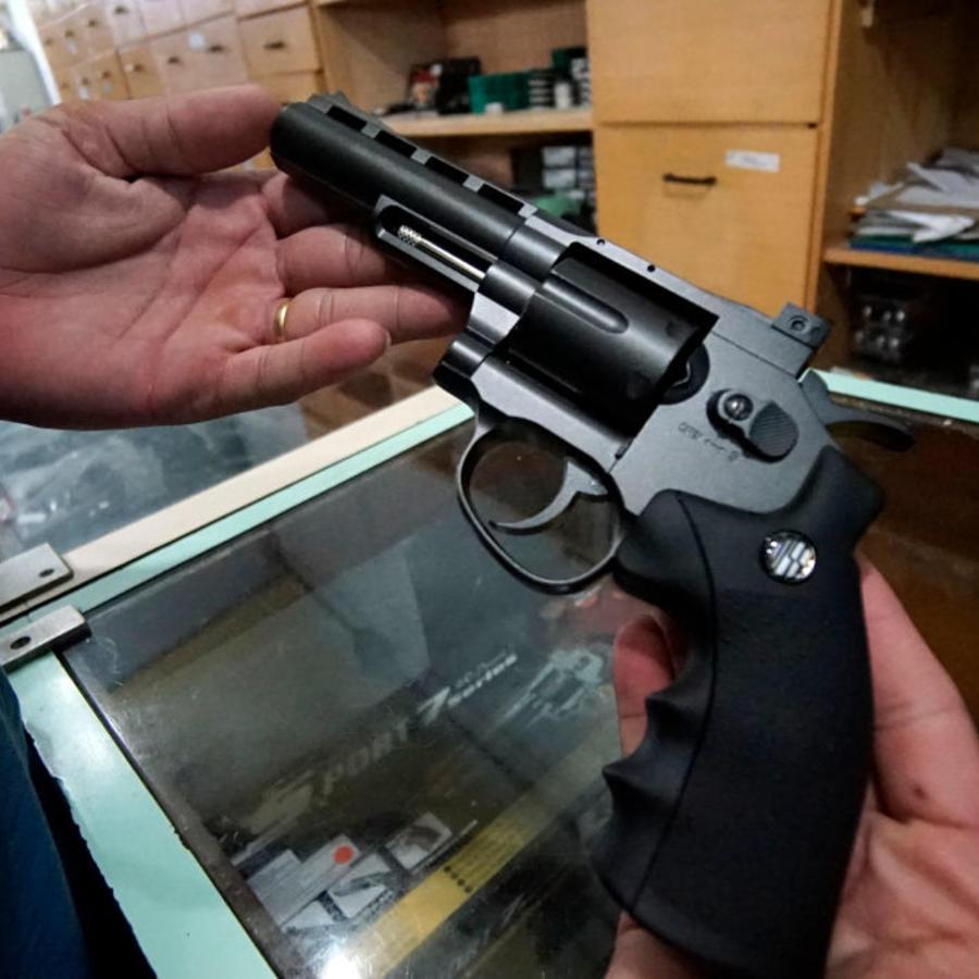 Una pistola en una tienda de armas