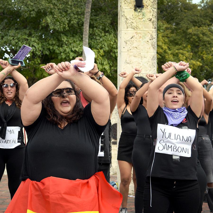 """Mujeres en Miami replican el performance """"Un violador en tu camino""""."""