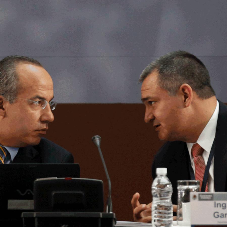 El entonces presidente Felipe Calderón habla con el secretario de Seguridad Pública, Genaro García Luna, durante una mesa redonda sobre seguridad ocurrida en agosto de 2010.