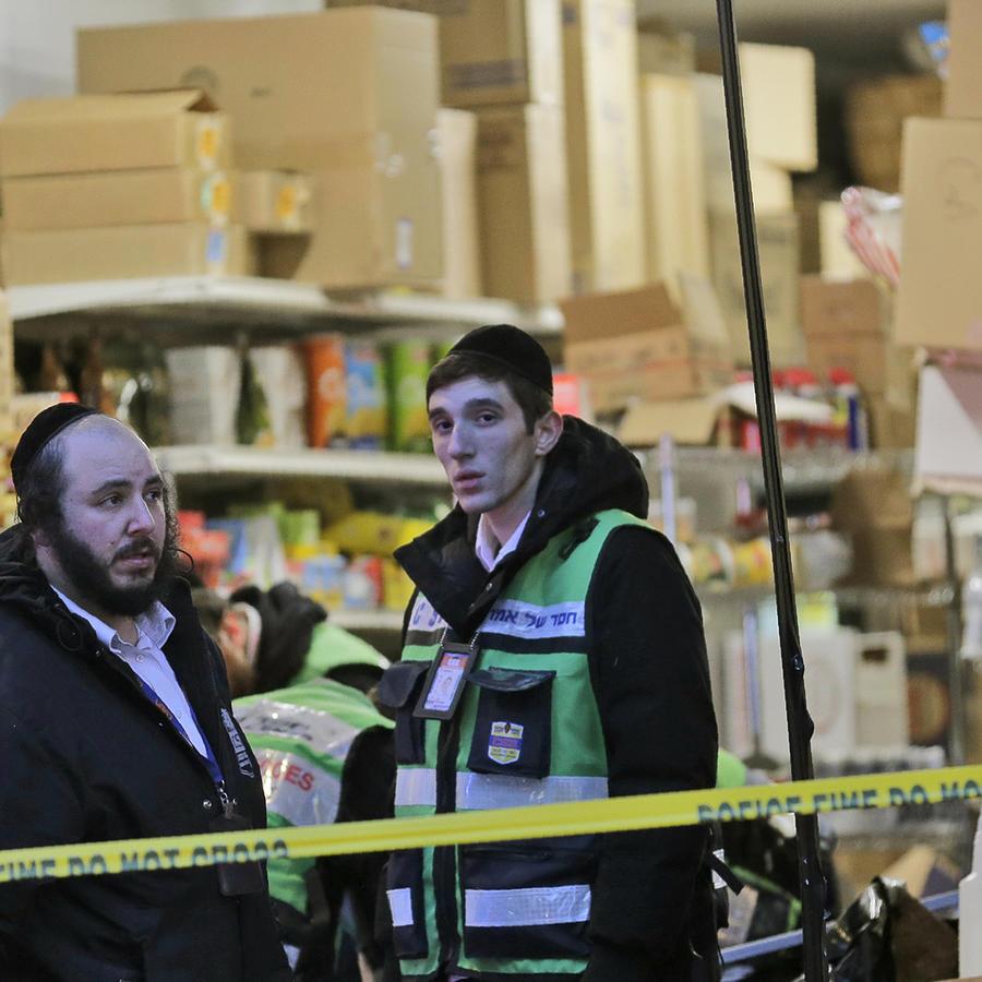 El supermercado judío en Jersey City donde se registró el tiroteo este martes, que dejó cuatro muertos, además de los dos atacantes.