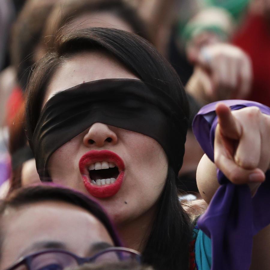 Una activista en el Zócalo de Ciudad de México, en la representación del himno que recorrió el planeta.