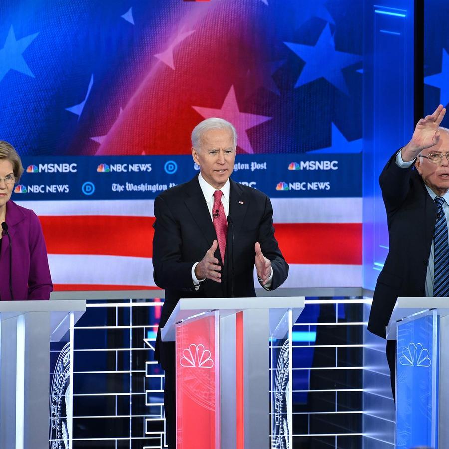 Elizabeth Warren, Joe Biden y Bernie Sanders en el quinto debate demócrata en Atlanta el 20 de noviembre de 2019.