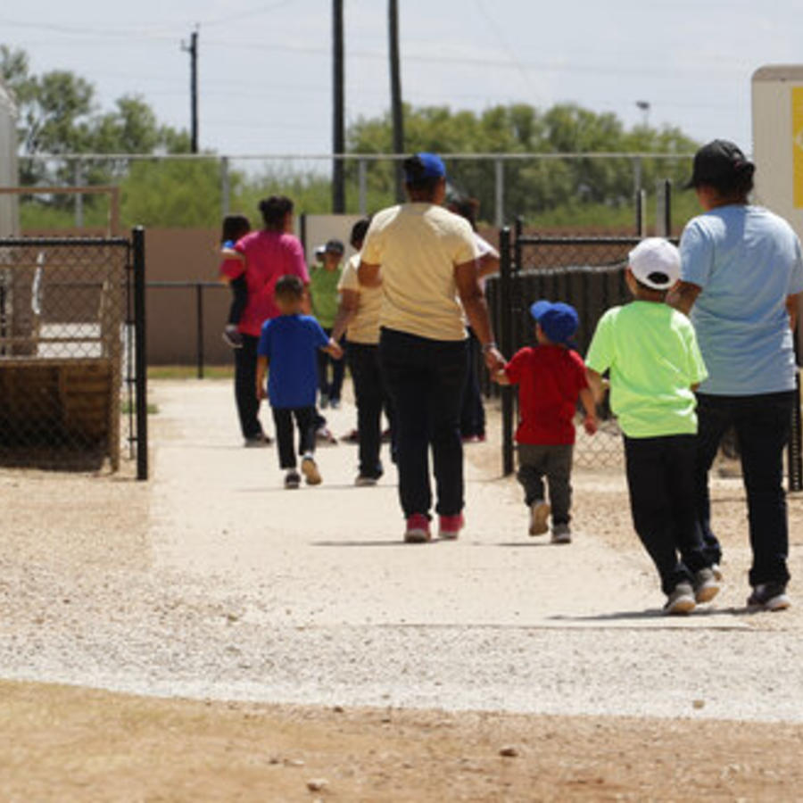 Los inmigrantes que buscan asilo salen de una cafetería en el ICE South Texas Family Residential Center, el viernes 23 de agosto de 2019 en Dilley, Texas