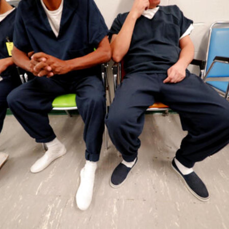 Detenidos esperan su turno en la clínica médica del Centro Correccional Winn en Winnfield, Luisiana, el jueves 26 de septiembre de 2019. (AP /Gerald Herbert)