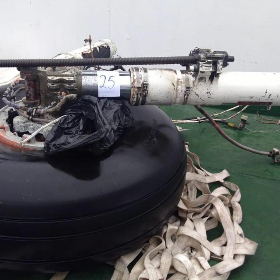 Fotografía cedida este jueves por la Fuerza Aérea de Chile (FACh) que muestra parte del tren de aterrizaje encontrado el mar de Drake, que separa a Chile de la Antártida, entre los restos materiales hallados del avión Hércules C-130 de la FACh, siniestrad