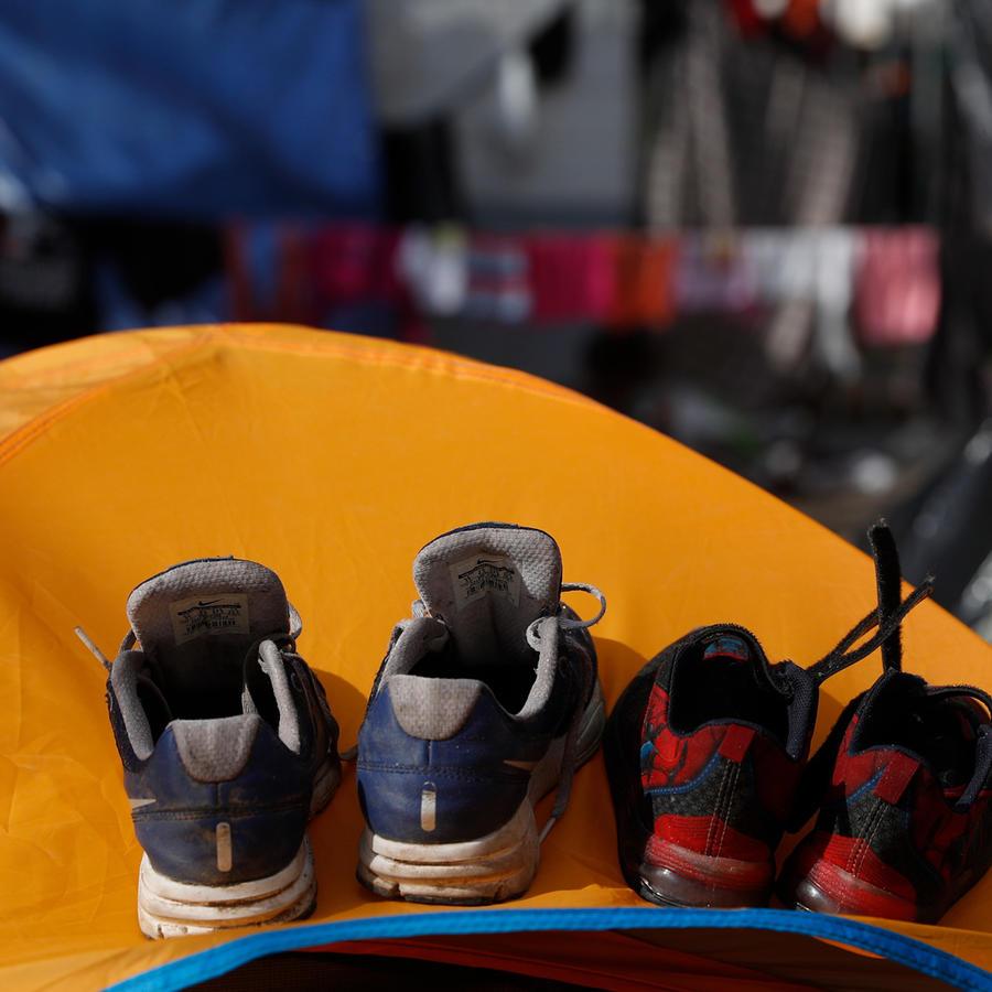 Zapatillas de migrantes en un campamento de Tijuana.