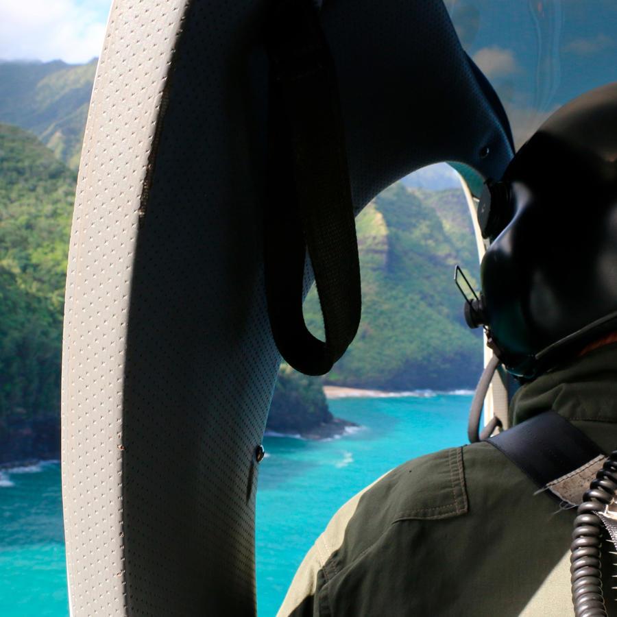 Miembro de la Guardia Costera de Estados Unidos durante la búsqueda de helicóptero perdido en Hawái.
