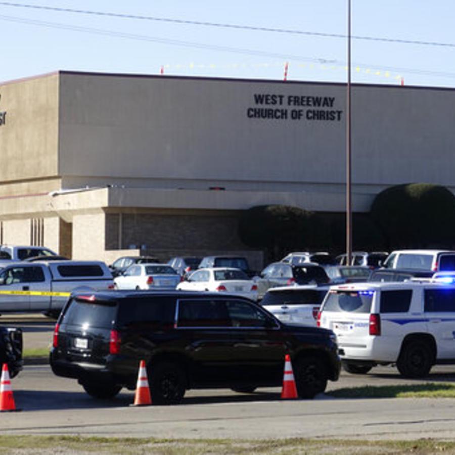 El exterior de la iglesia West Reeway en White Settlement, Texas, después del tiroteo del domingo.