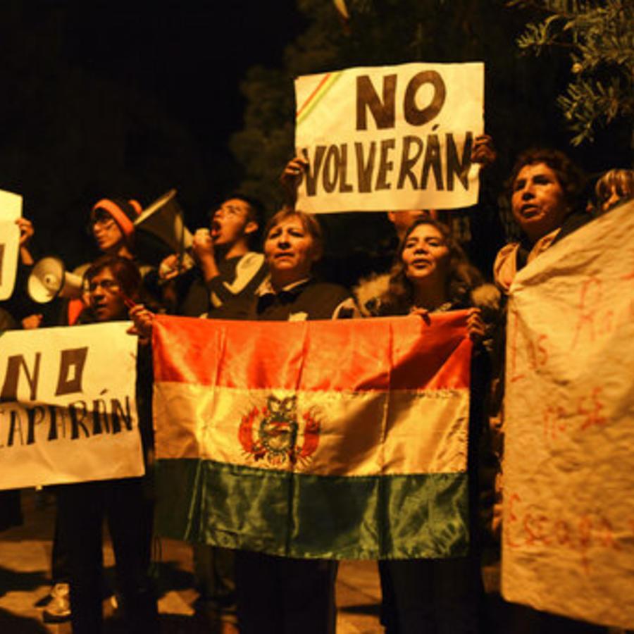 Manifestantes protestan en el exterior de la residencia de la embajadora de México en Bolivia contra los funcionarios del anterior gobierno boliviano refugiados en ese lugar.