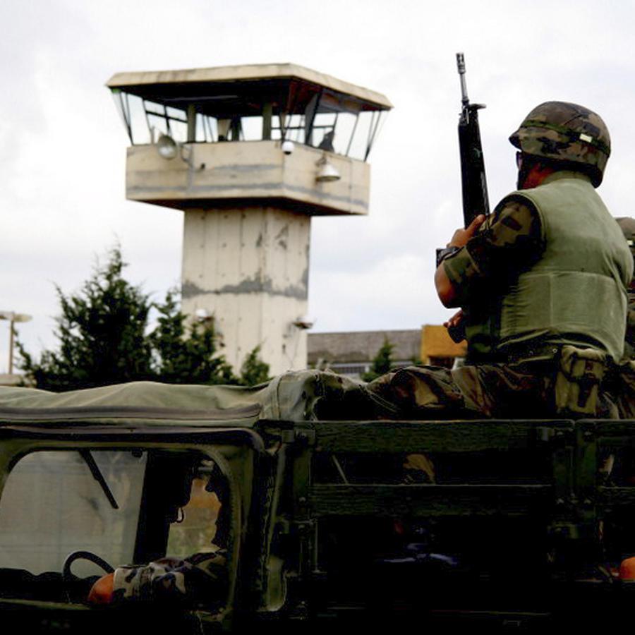 soldados montando guardia fuera de un penal en Zacatecas