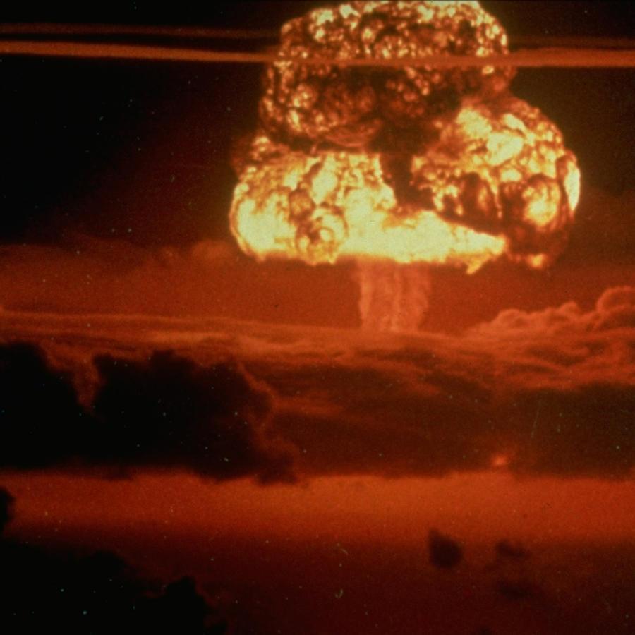 Hongo de fuego provocado por una explosión atómica en el atolón Enewetak en 1956.