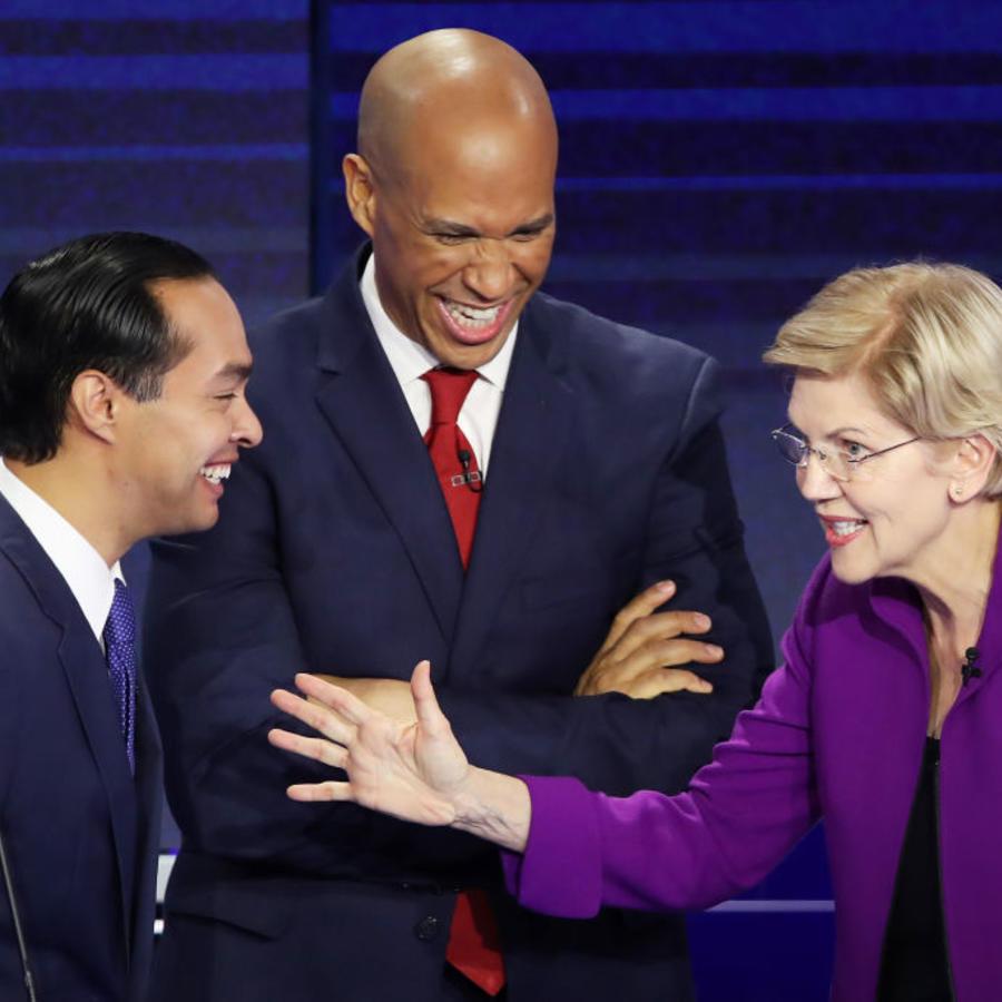 El ex precandidato presidencial demócrata Julián Castro (izq.) junto a la senadora Elizabeth Warren durante el primer debate del Partido Demócrata en Florida, en junio de 2019.