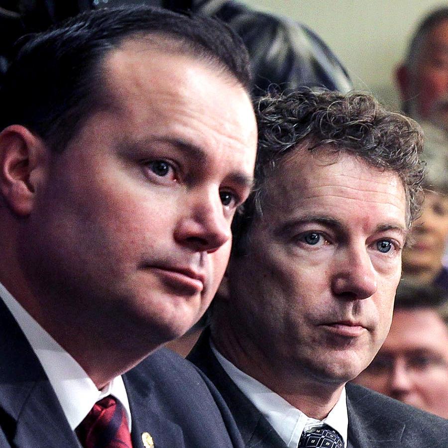 Los senadores Mike Lee y Rand Paul durante una reunión del Tea Party en febrero de 2011 en Washington, DC.