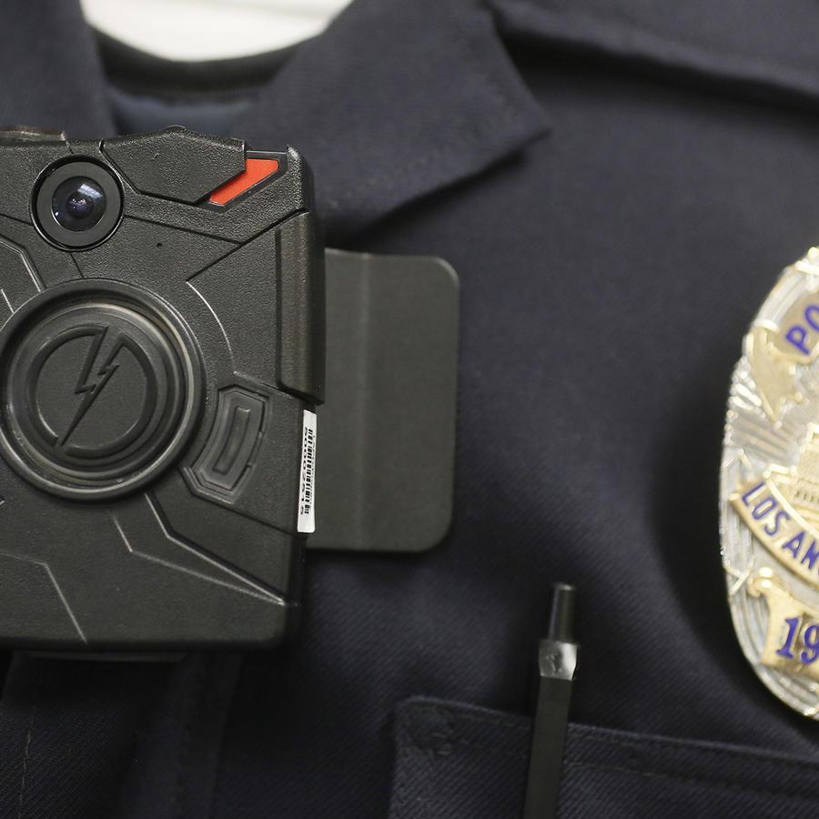 Uniforme de un policía de Los Ángeles donde se ve la cámara que registra sus labores.