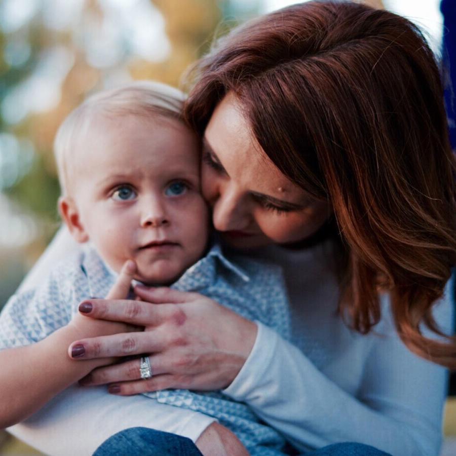 Mamá abrazando a su hijo