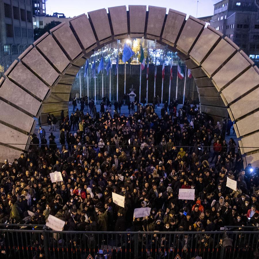 Protestantes realizaron una vigilia en la puera de la Universidad de Amru Kabir, en Teherán.