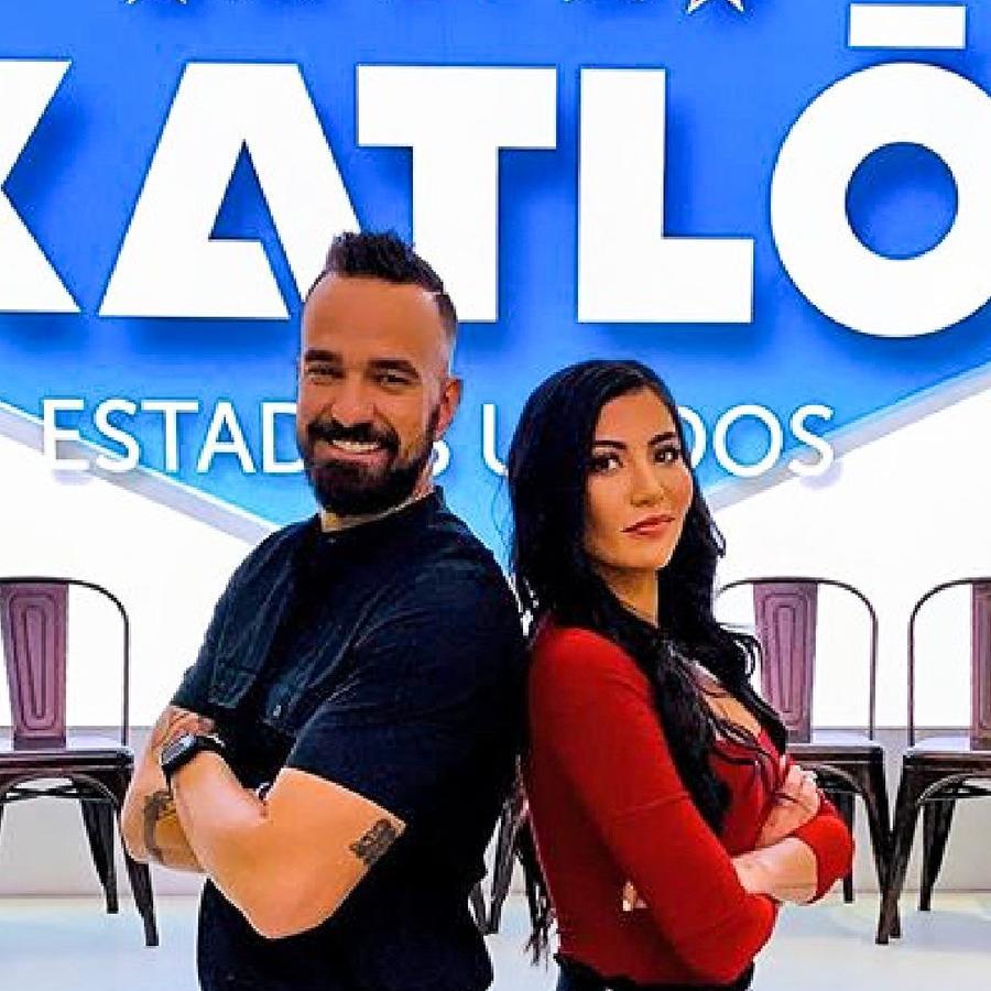 Erasmo Provenza y Aelleen del Valle posan con el logo de Exatlón