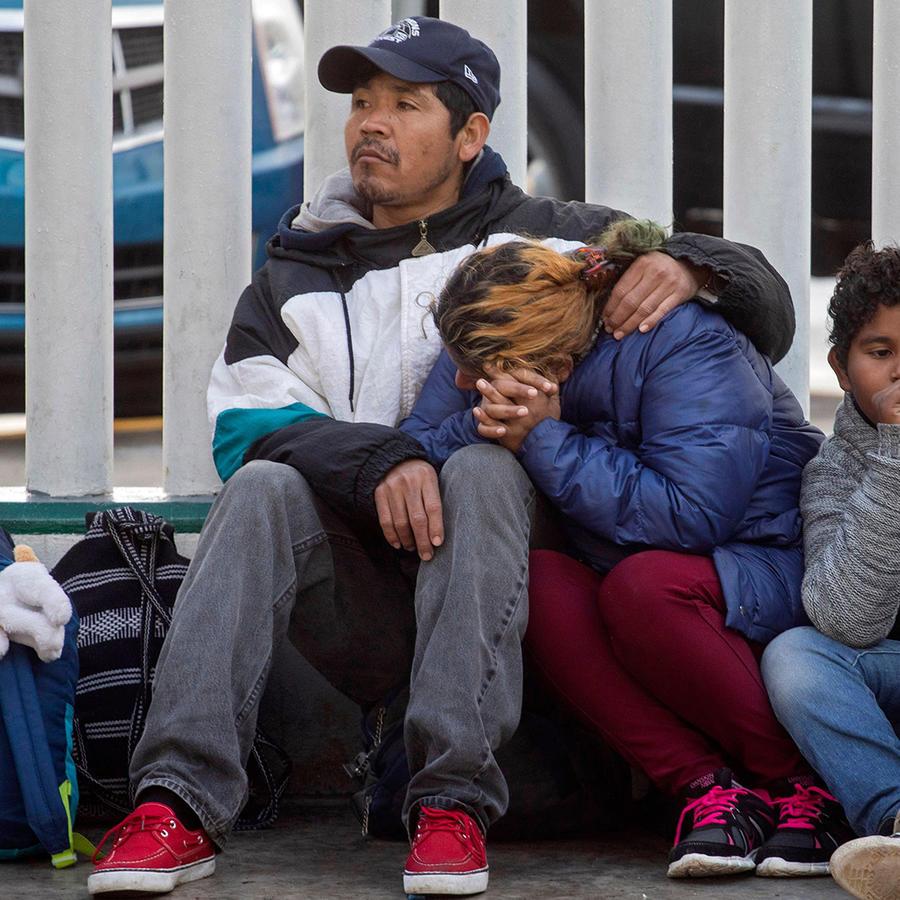 Inmigrantes en el borde de México y Estados Unidos esperan la entrega de visas por razones humanitarias.