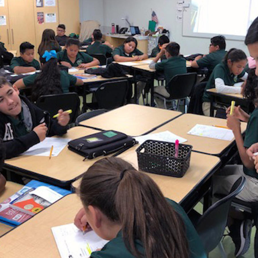 Acacia Briceño, maestra de artes del lenguaje, supervisa a su clase de sexto grado. Fotografía: Alfonso Serrano para The Hechinger Report