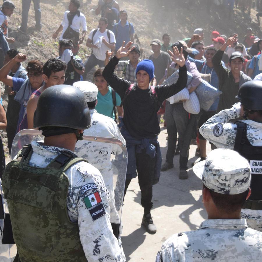 Integrantes de la caravana intentan cruzar a territorio mexicano este lunes ante la Guardia Nacional.