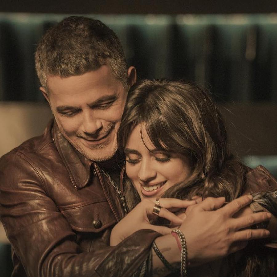 Camila Cabello y Alejandro Sanz abrazados