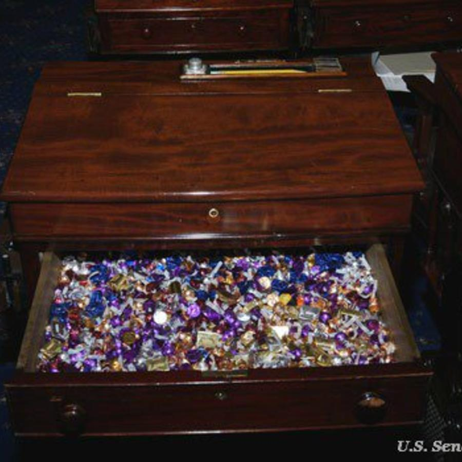 """Los senadores tienen a su alcance en el pleno del Senado un """"cajón de golosinas"""" por si afrontan largas sesiones, en una tradición que data de 1965"""