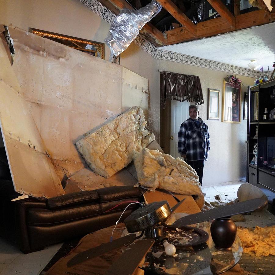 Una vivienda con daños causados por explosión este viernes de un edificio industrial en Texas.