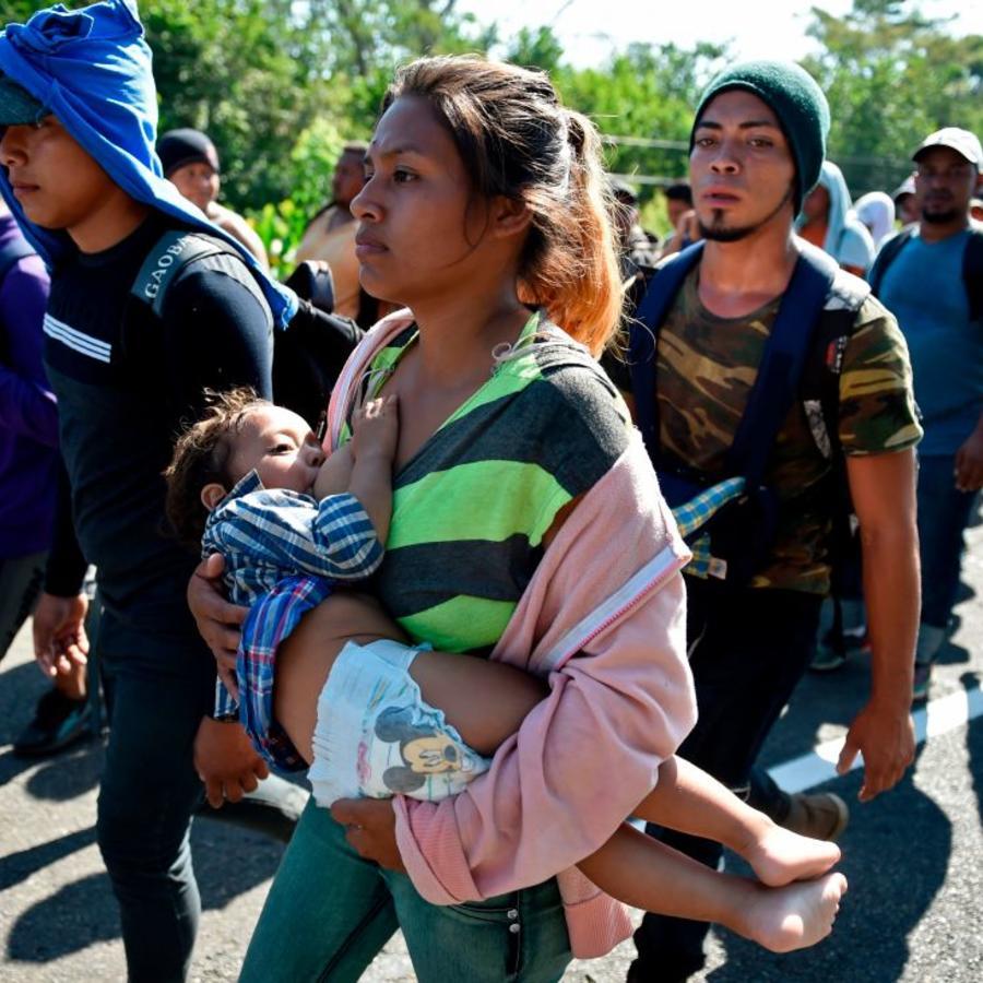 Migrantes centroamericanos viajan en una caravana hacia la frontera sur de Estados Unidos.